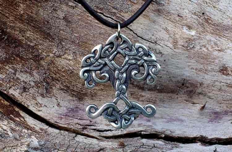 именно это дерево во многих мифологиях считается древом жизни, а в частности всем известно о скандинавском ясене иггдрасиль.