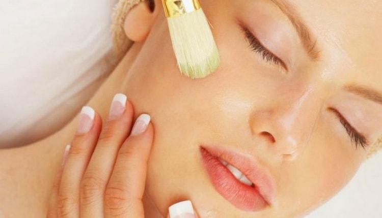 желтковую маску лучше наносить на распаренную кожу.