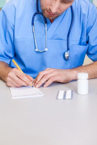 Специалист выписывает прием медпрепаратов