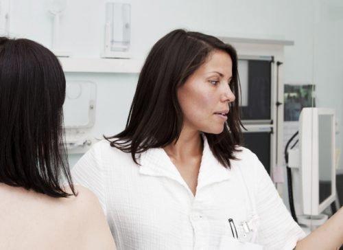 Осмотр груди у врача