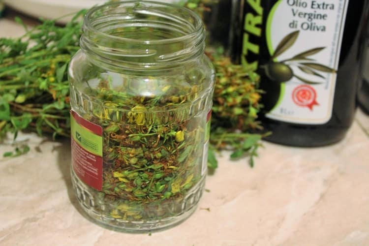 Прекрасный эффект дают маски из масла, настоянного на целебных травах.
