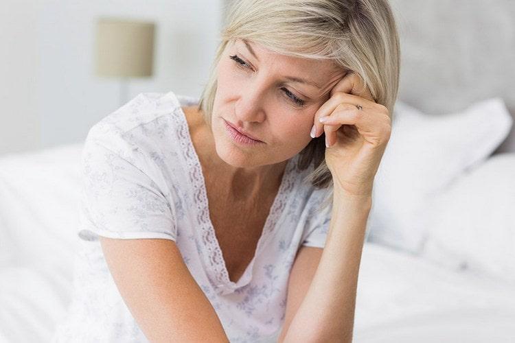 В период менопаузы женщины тоже могут использовать такое масло для улучшения самочувствия и налаживания гормонального фона.