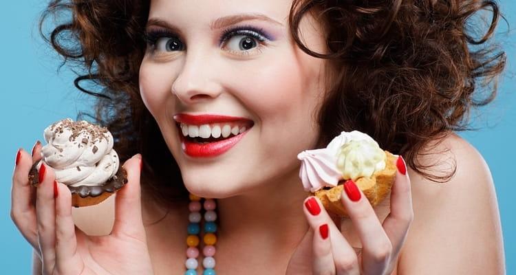 нередко прибегать к лечению повышенной кислотности желудка народными средствами приходится из-за привычки переедать, особенно сладостей.