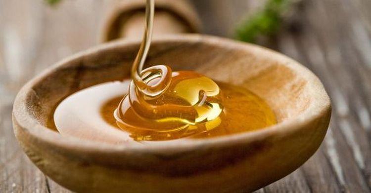 Если хотите делать маску из меда, можно добавить в него жидкие витамины.