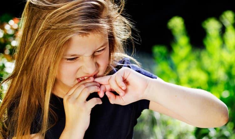 Такие плохие привычки у детей, как грызть ногти, тоже могут привести к заражению глистами.