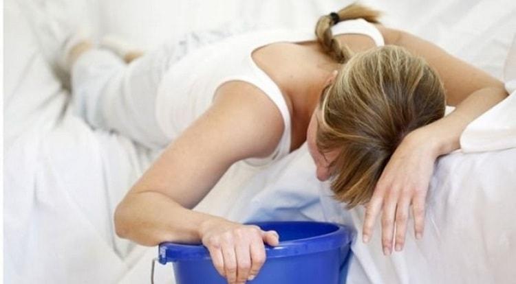 Повышенная кислотность желудка нередко сопровождается такими симптомами как тошнота и рвота, что требует лечения и соблюдения диеты.
