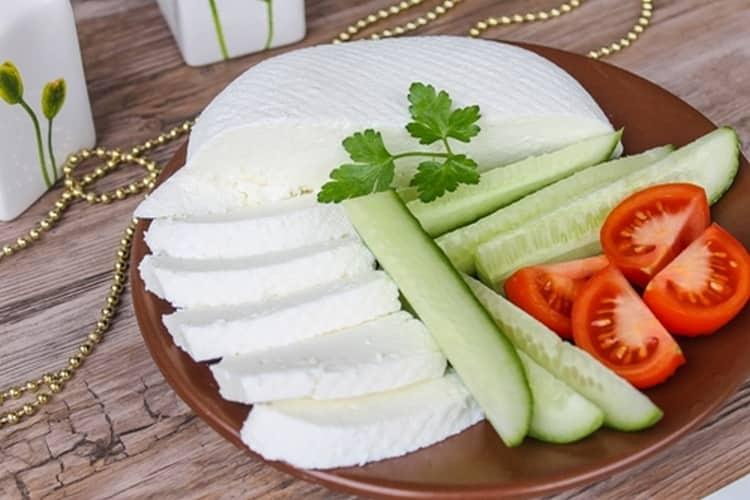 Нежирный творог и брынза, а также овощи разрешено употреблять при такой диете.