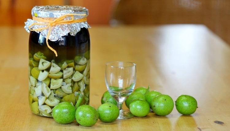 Можно также приготовить настойку из зеленой кожуры грецких орехов.