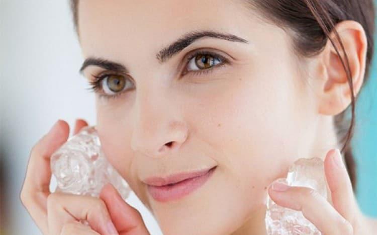 После применения белковой маски лицо можно протереть кубиком льда.