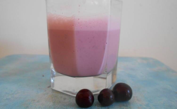 Кефир с вишневым соком поможет избавиться от запора.