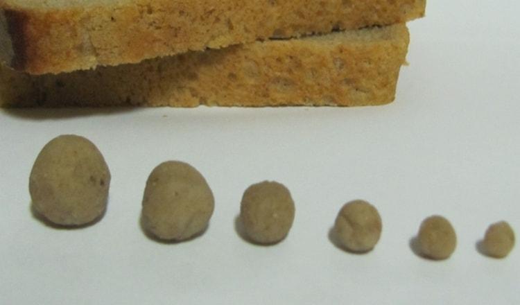 К пораженным участкам кожи прикладывают лепешки из черного хлеба с солью.