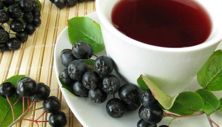 В лечении водянки яичек у мужчин народными средствами используют и черноплодную рябину.