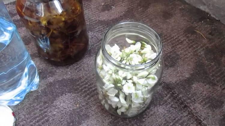 Для растирок можно приготовить настойку цветков акации на водке.