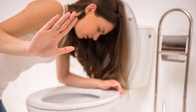 нередко симптомом недуга является повышенная температура, рвота, интоксикация.