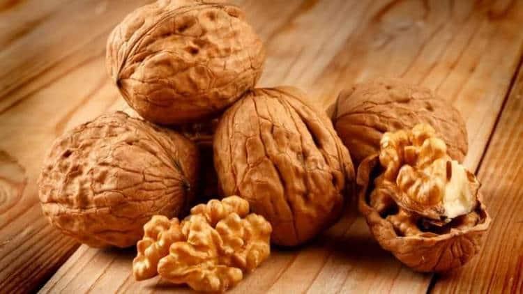 Огромную пользу для поднятия иммунитета приносит смесь меда с грецкими орехами.