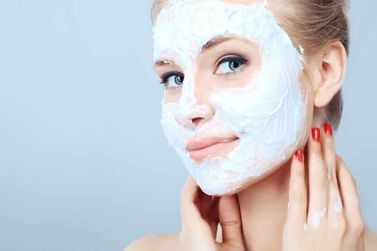 После нанесения масок от морщин желательно полежать в спокойном состоянии.