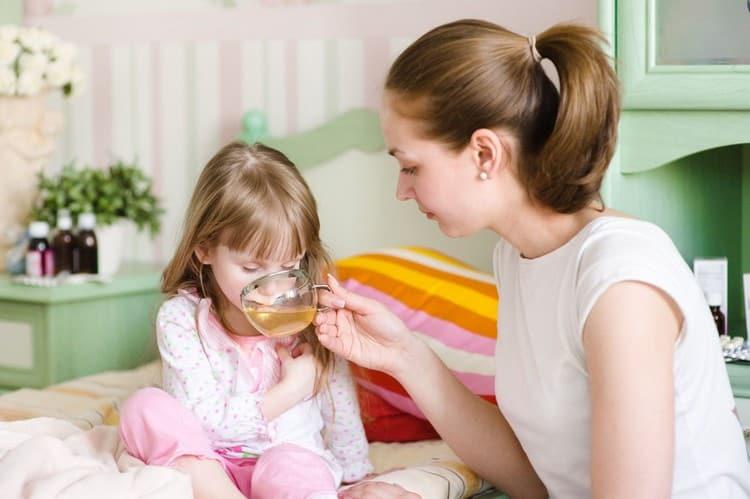 В период лечения не надо заставлять ребенка кушать, но очень важно соблюдать правильный режим питья.