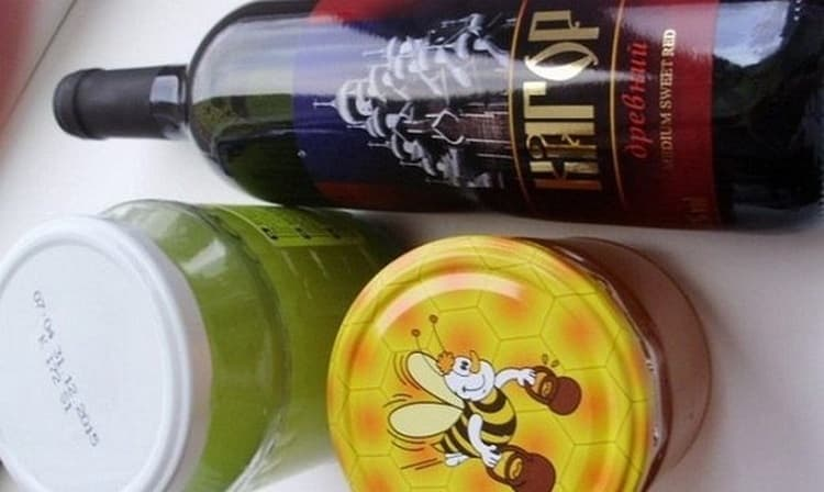 Для лечения бронхиальной астмы народными средствами у взрослых можно использовать настой на основе алоэ, меда и кагора.