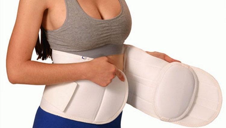 Для лечения и профилактики пупочной грыжи желательно использовать специальный бандаж.
