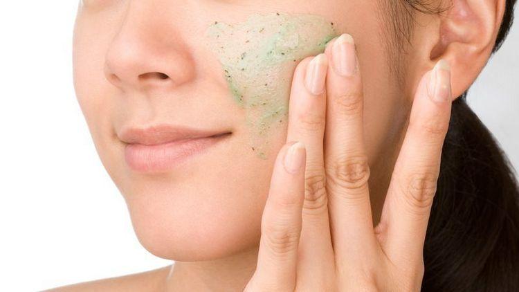 Перед применением маски из крахмала важно очистить кожу.