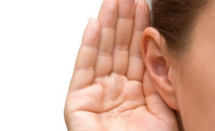 Симптомами недуга могут быть головные боли, заложенность ушей, ухудшение слуха.