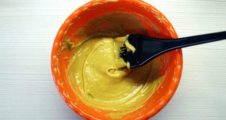 Маска для волос с горчицей против выпадения волос готовится на основе горчичного порошка и воды.