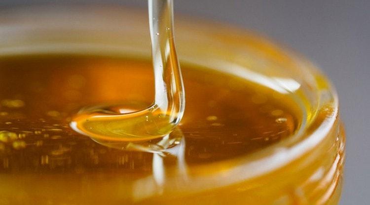 Для лечения пупочной грыжи народными средствами у взрослых используют мед.