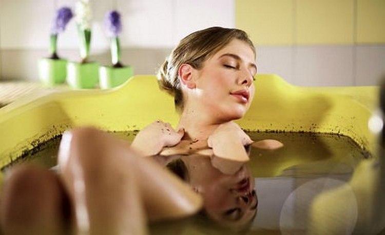 То, что можно делать при аллергии на солнце, это принятие теплой ванны с хвоей.