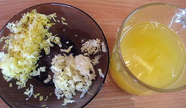 Неплохие результаты при лечении лимфостаза нижних конечностей народными средствами дает смесь меда с чесноком.