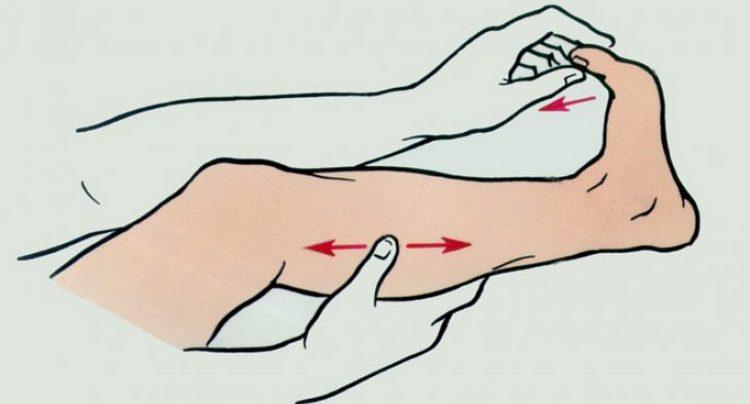 Если сводит икры ног, первое, что можно сделать, это потянуть на себя пальцы ног.