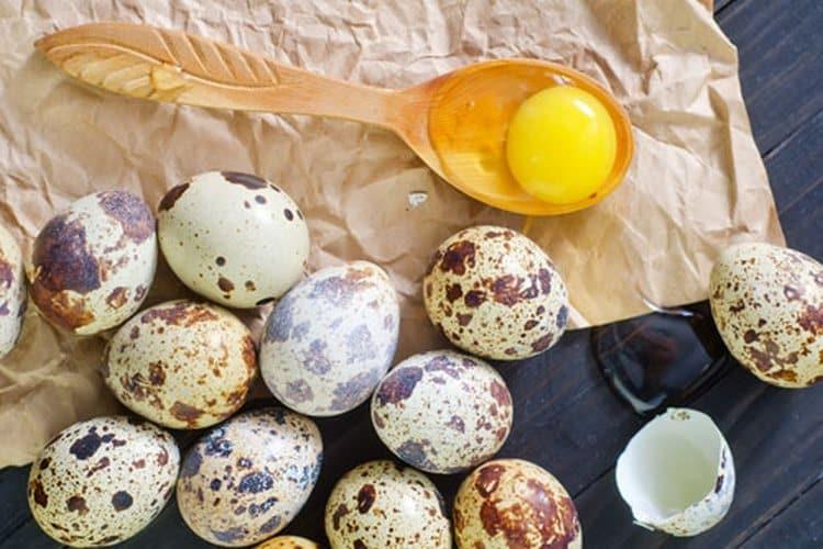 отличный эффект дают маски из перепелиных яиц для лица.