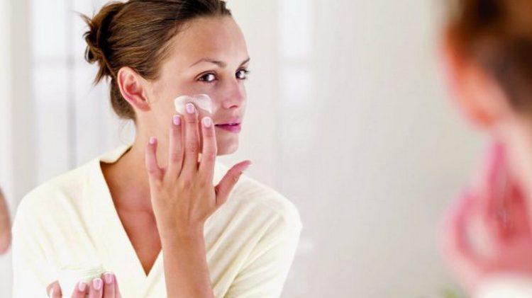 В целях профилактики важно постоянно пользоваться качественной уходовой косметикой.