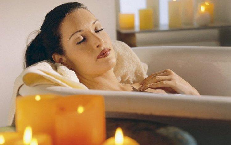 благотворно повлияют на тело и на психику расслабляющие ванны с отварами трав.