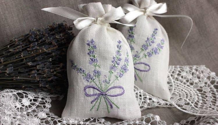 Мешочки с сушеными цветами развешивают в спальне для улучшения сна.