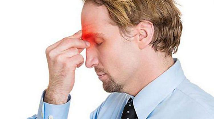 Заболевание сопровождается головной болью в области надбровных пазух.