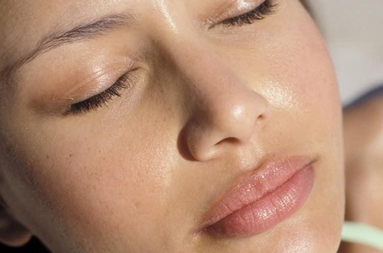 Маски для жирной кожи помогут избавиться от надоедливого блеска и стянуть поры.