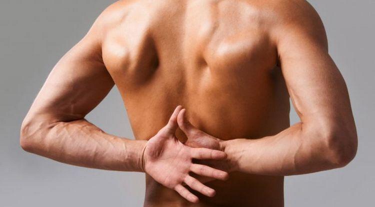 Для недуга характерна боль в пояснице, скованные движения.