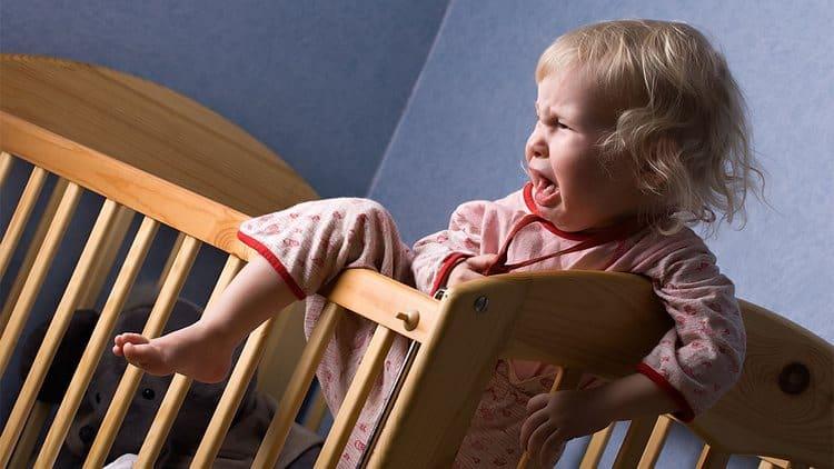 При аскаридозе ребенок плохо спит, становится капризным.