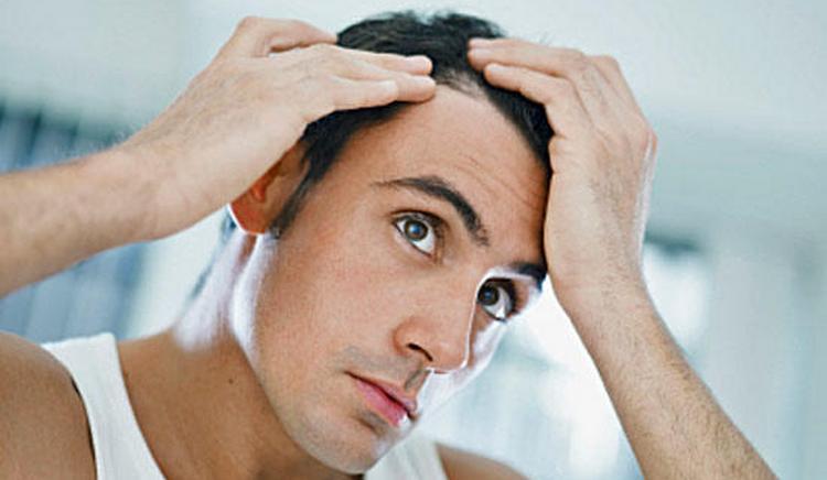 Порой появления прыщей на голове связано с гормональными нарушениями.