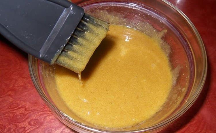 Чтобы приготовить маску для волос с горчицей от выпадения, использовать надо теплую воду.