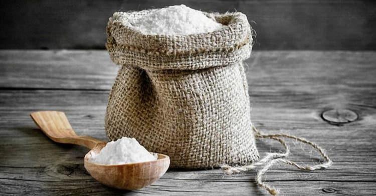 Для лечения пупочной грыжи у взрослых без операции используют компрессы из соли.