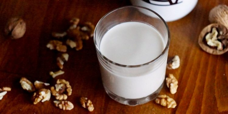 Из грецких орхов можно приготовить не только варенье, но даже молоко, которое приносит пользу при лечении язвы.