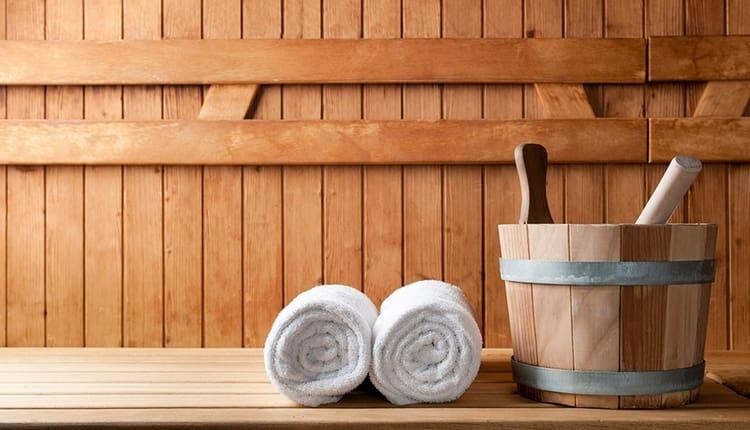 Перед тем как очистить кишечник в домашних условиях, неплохо посетить баню или сауну.