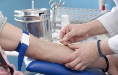 Процесс взятия крови у пациентки