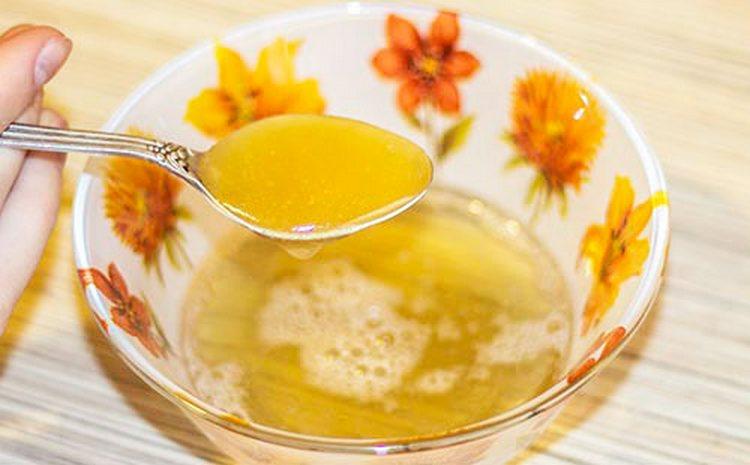 Маски с желатином для лица против морщин можно готовить также с медом и яйцом.