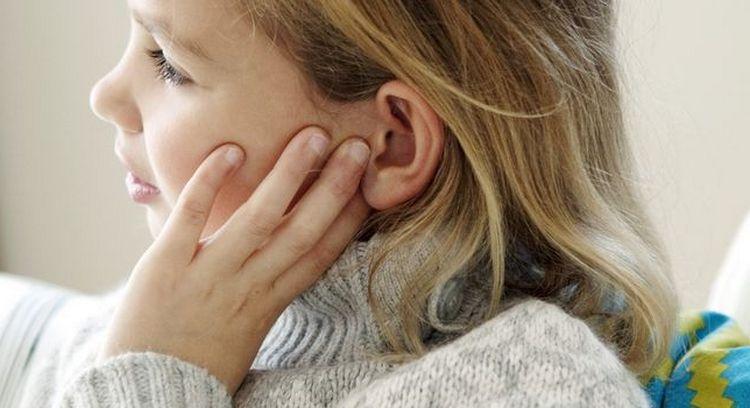 Узнайте, чем помочь, если стреляют уши у ребенка.