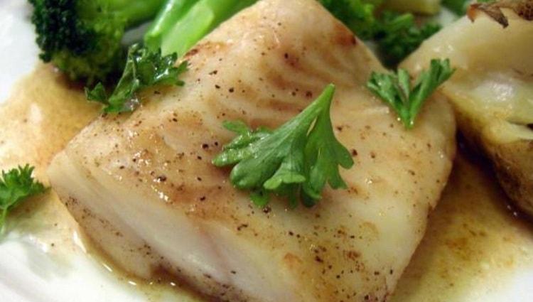 В меню при такой диете можно включить отварную рыбу.