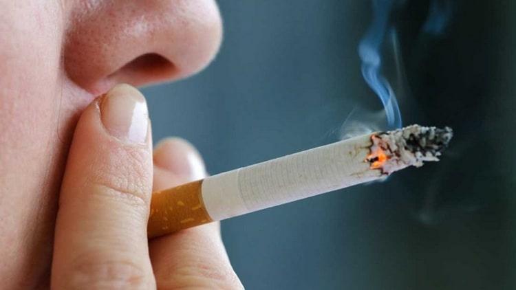 Спровоцировать такой недуг может также курение.