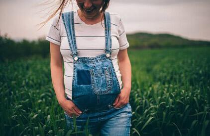 Беременная женщина гуляет на природе