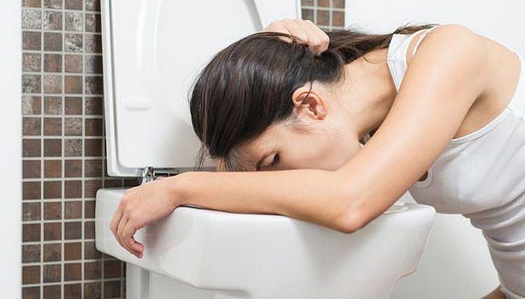 Конечно, самый простой способ, как очистить желудок, это вызвать рвоту.